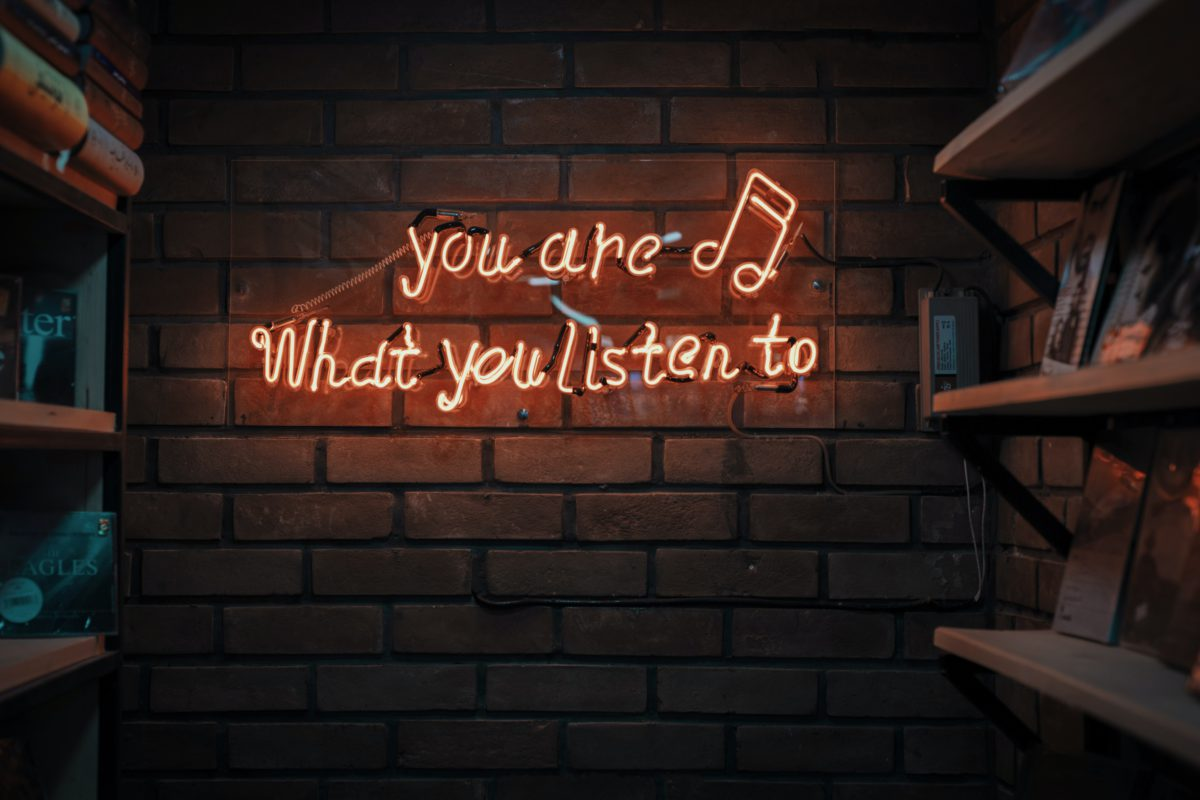 「聞く」は英語で 「hear」 それとも「 listen」?